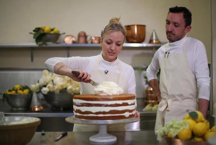 Thợ làm bánh Claire Ptak hôm 18/5 tiết lộ quá trình chuẩn bị chiếc bánh cưới cho hôn lễ của Hoàng tử Anh Harry và vợ sắp cưới Meghan Markle, theo Sun.