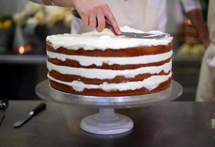 Chiếc bánh có 4 lớp cốt mềm, xốp, phủ kem bơ và trang trí bằng hoa tươi. Ptak mô tả nó có vị chua ngọt hài hòa, kết hợp với vị hoa cơm cháy thanh tao.