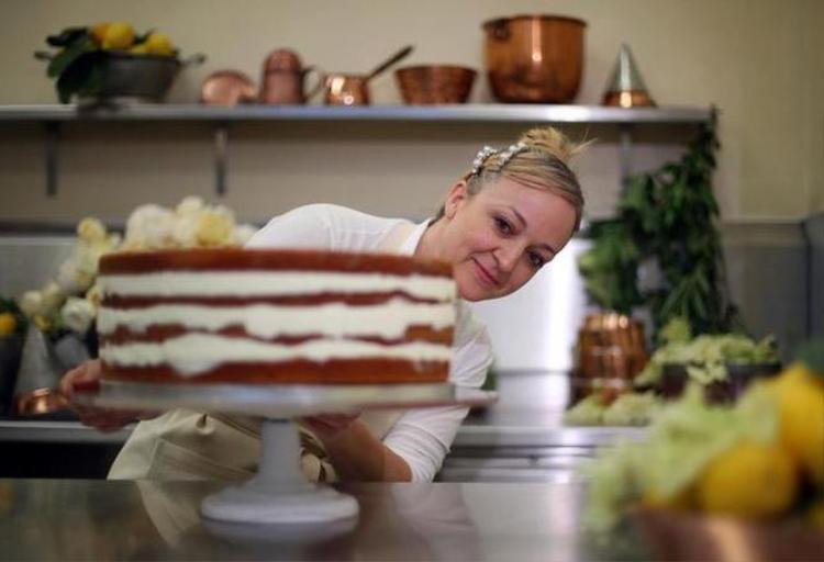 Đây chỉ là một phần trong chiếc bánh cưới của Hoàng tử Harry.Ptak cho biết đã sử dụng 200 quả chanh hữu cơ Amalfi, 10 chai siro hoa cơm cháy chiết xuất từ hoa trồng ở biệt thự vùng thôn quê Sandringham của Nữ hoàng Elizabeth, 20 kg bơ, 20 cân bột, 20 kg đường, 500 quả trứng hữu cơ cho toàn bộ chiếc bánh.