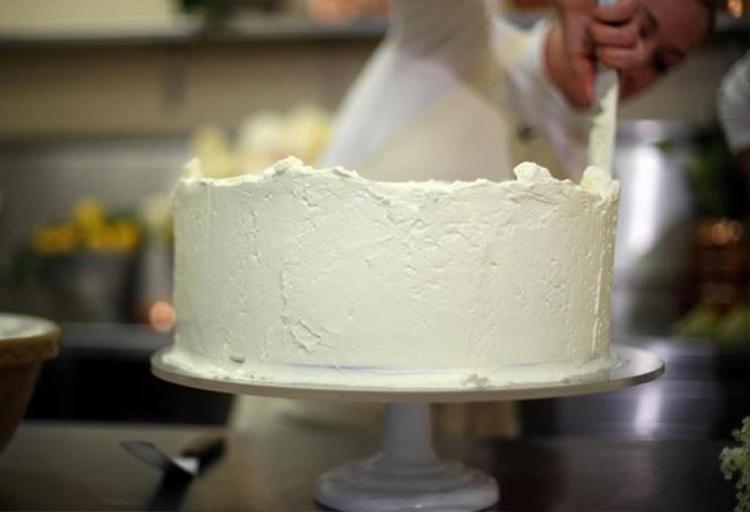 Lớp kem bơ phủ ngoài màu trắng, sẽ được trang trí bằng ba loài hoa ưa thích của cô dâu Meghan.