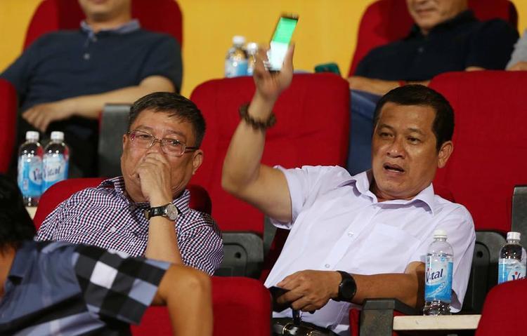 Ông Dương Văn Hiền (áo trắng) bị ông Trần Mạnh Hùng chửi ở cuộc họp ngày 15/5.