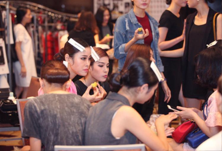 Tranh thủ lúc trang điểm, làm tóc để ăn tạm một chút đồ ăn nhanh khi bụng đói cồn cào là điều thường thấy trong hậu trường các sàn diễn thời trang.
