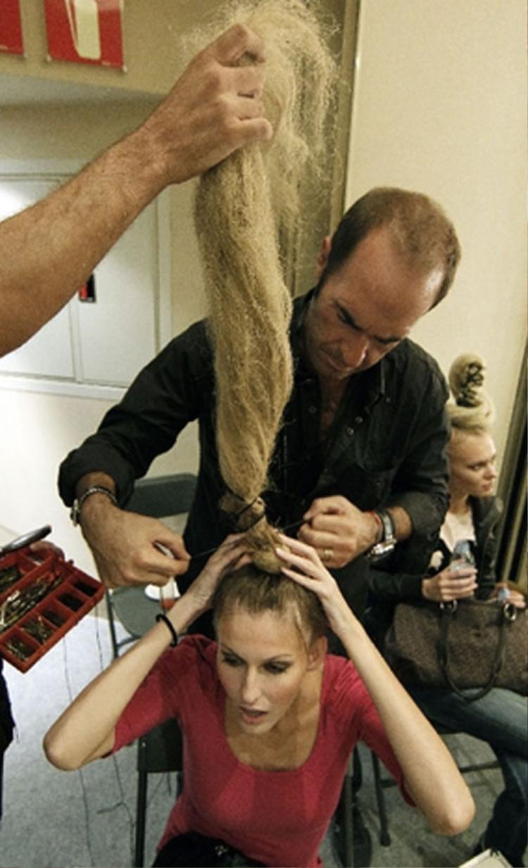 Rất nhiều người mẫu đã từng than thở về việc tóc bị hỏng, xơ, khô nặng nề sau mỗi tuần lễ thời trang. Chưa dừng lại ở đó, nhiều người đẹp còn mắc bệnh rụng tóc, hói đầu sau một thời gian dài làm việc.