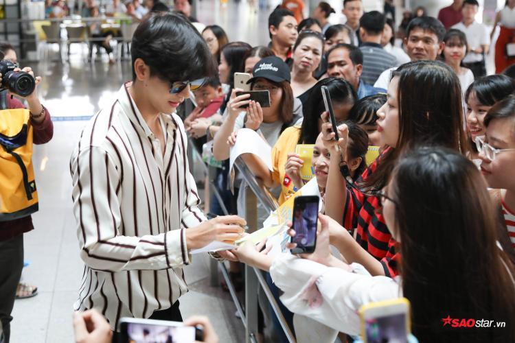 Push Puttichai gây ấn tượng mạnh với báo chí, ngợi khen con gái Việt mặc áo dài