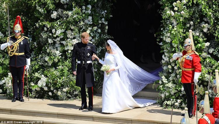 Khi nghi lễ kết thúc, Công tước Harry nắm tay Meghan bước ra khỏi nhà nguyện, bước lên xe ngựa để đi diễu hành. Ảnh MOD Crown