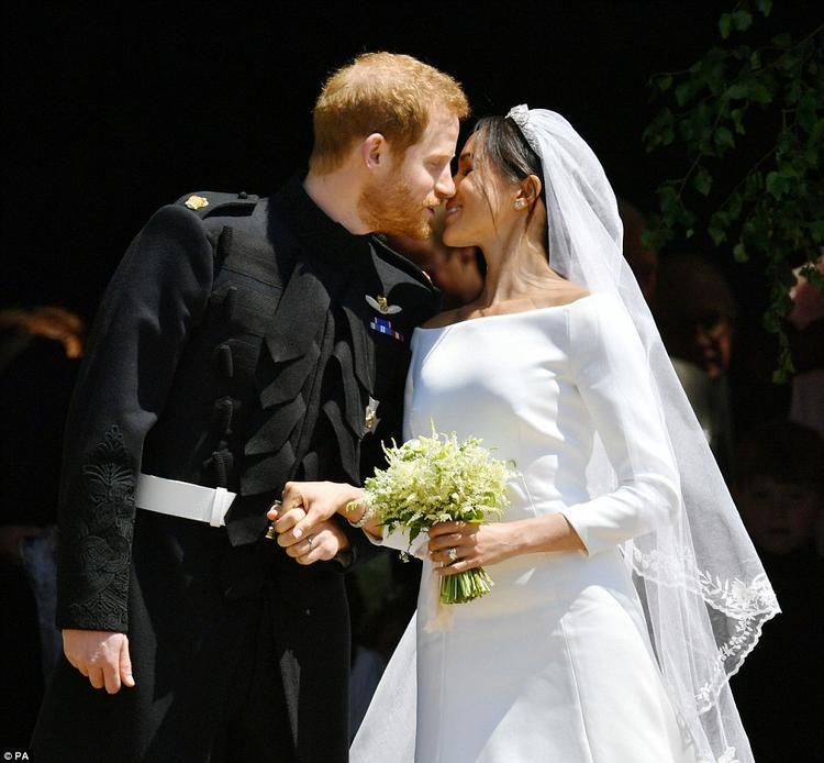 Trước đó, Harry và Meghan đã quay sang, trao nhau nụ hôn ngọt ngào. Ảnh PA