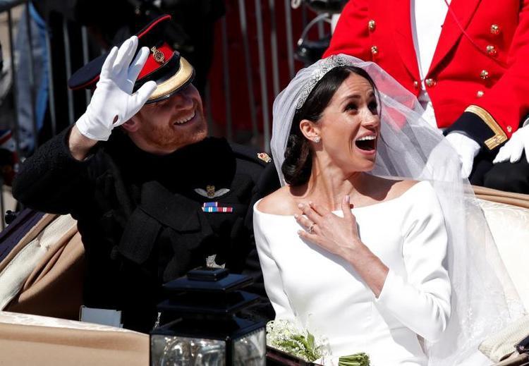 Biểu cảm đáng yêu của đôi tân lang tân nương. Ảnh Reuters