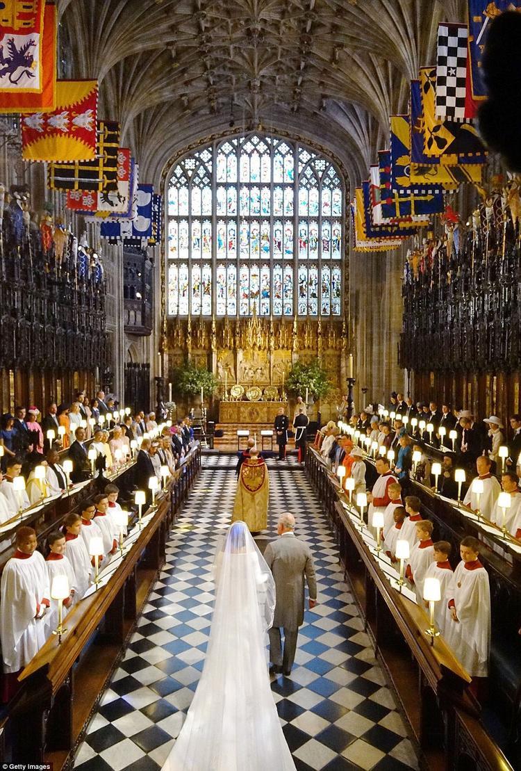 Công nương Meghan khoác tay Hoàng tử Charles, cha của Hoàng tử Harry tiến bước vào lễ đường. Khi tới bên cạnh chồng, Meghan không quên nói lời cám ơn với Hoàng tử Charles vì đã thay cha ruột đưa cô vào lễ đường.