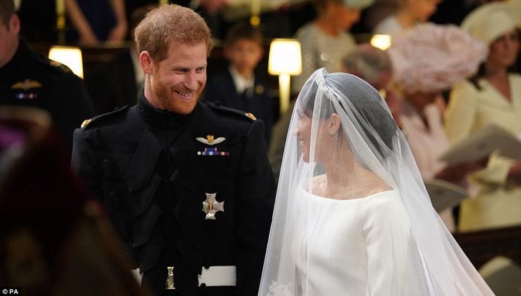 """Hoàng tử Harry và Meghan Markle nhìn nhau trìu mến. Khi nhìn thấy Harry, Meghan nhìn trìu mến và nói: """"Hôm nay anh thật tuyệt vời"""". Hoàng tử Harry cũng thủ thỉ: """"Em trông thật tuyệt vời"""". Ảnh PA"""