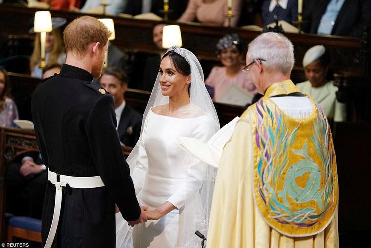 Cặp đôi đứng trước mặt Đức cha Michael Curry thực hiện nghi lễ. Ảnh Reuters