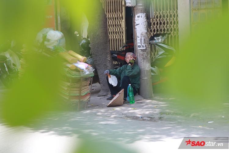 Chùm ảnh người lao động nghèo vật vã trong cái nắng như thiêu da cắt thịt ở Hà Nội