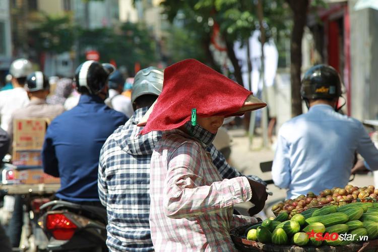 Những cô bán hàng rong phải thấm ướt khăn đội lên nóng để chống nóng.