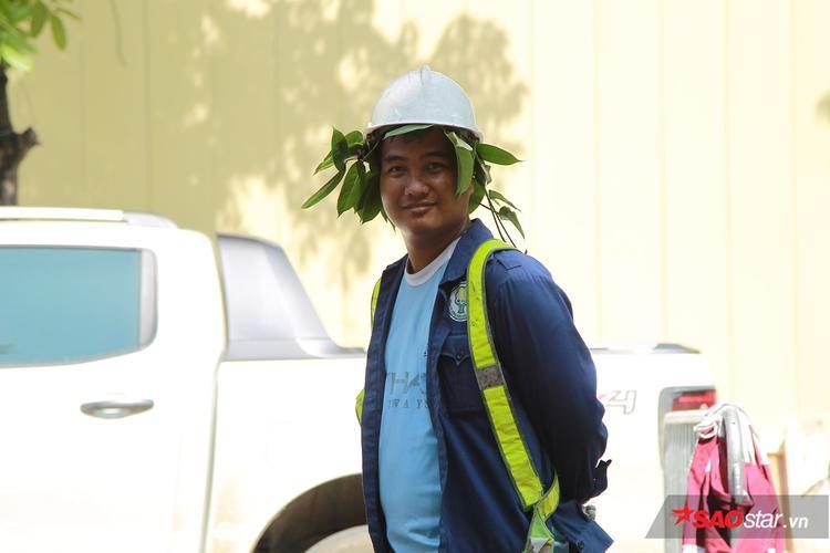 Anh công nhân đội lá lên đầu để chống nắng.