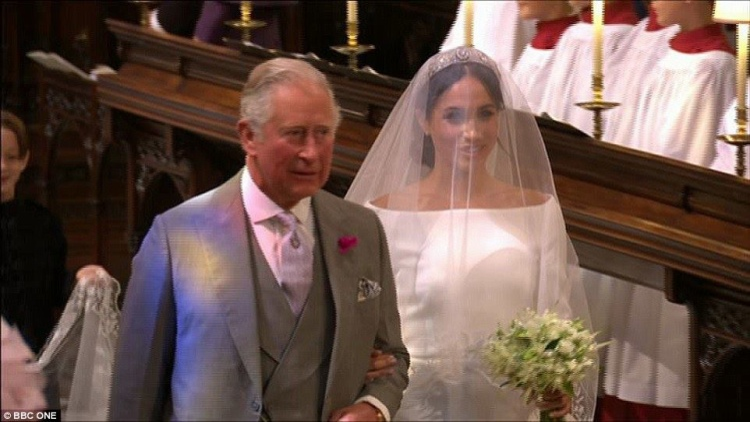 Thái tử Charles, cha của Hoàng tử Harry, cầm tay cô dâu Meghan tiến vào sảnh đường nhà nguyện St. George.