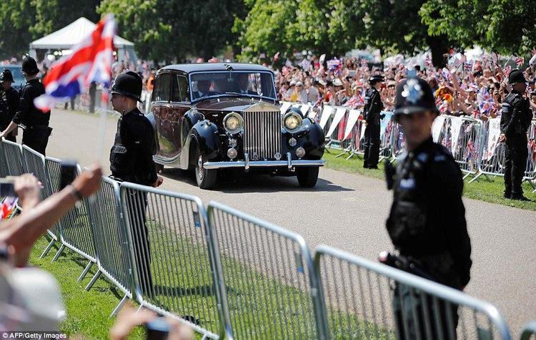 Hoàng tử Harry và vợ hôn say đắm trước khi diễu hành bằng xe ngựa