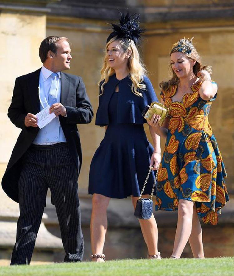 """Không chỉ các ngôi sao nổi tiếng Hollywood, """"bạn gái cũ"""" của Hoàng tử Harry cũng gây chú ý với tất cả mọi người. Người đẹp Chelsy Davy (đứng giữa) lộng lẫy tới tham dự đám cưới."""