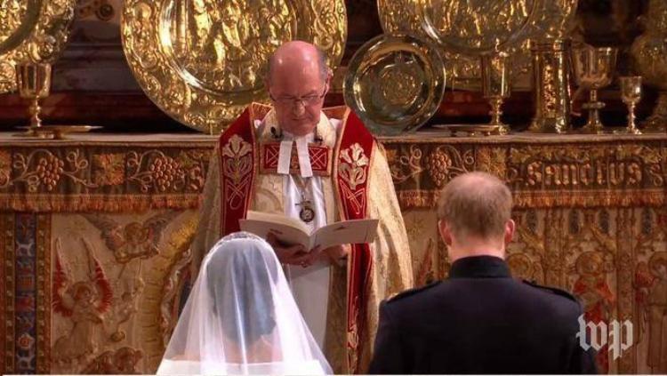 Hoàng tử Harry và cô dâu Meghan Markle đứng trước Giám mục Canterbury thực hiện các nghi lễ trong đám cưới.