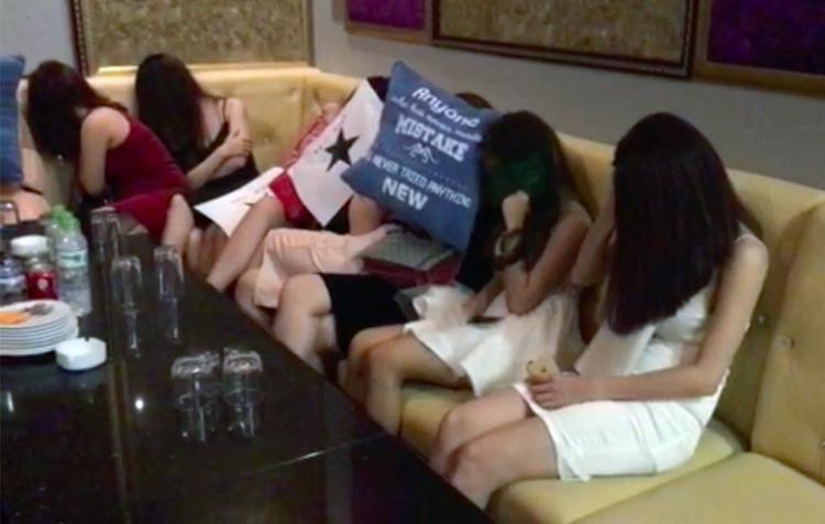Các tiếp viên ngồi phục vụ nhóm đàn ông Hàn Quốc. Ảnh: Vietnamnet.