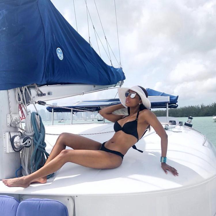Với thân hình nóng bỏng đầy lôi cuốn, cô thường xuyên khoe những bức ảnh chụp bikini trên trang cá nhân Instagram của mình.