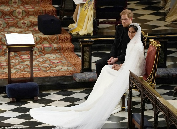 Sau khi kết thúc phần nghi lễ, cô dâu Meghan và chú rể Harry lên xe ngựa, diễu hành quanh lâu đài.