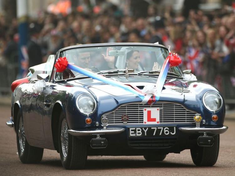 Hoàng tử William và Catherine, Nữ Công tước xứ Cambridge rời điện Buckingham trên một chiếc Aston Martin vào ngày 29 tháng 4 năm 2011.