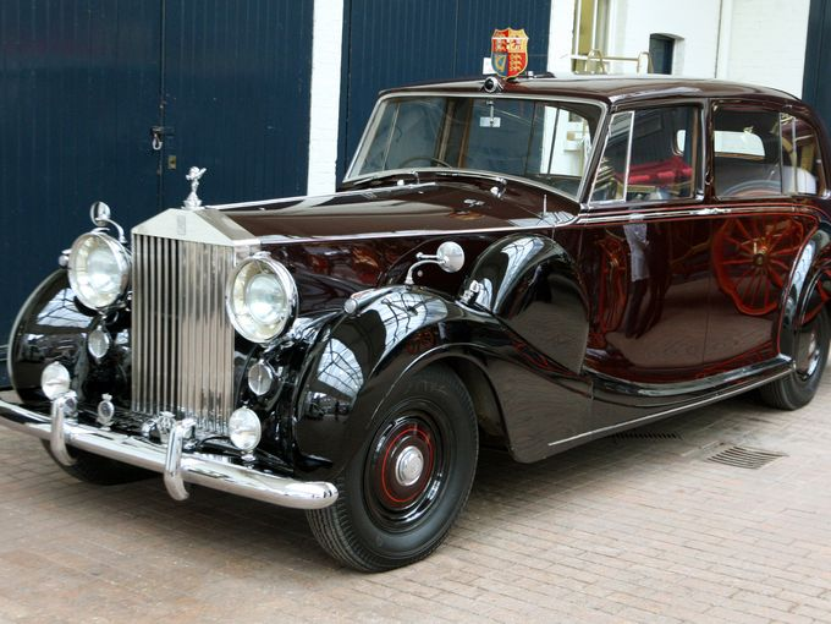 Chiếc Rolls Royce Royal Phantom IV (dùng động cơ 5,7L Straight 8) đậu ở trung tâm London, Anh vào này 21 tháng 3 năm 2011. Chiếc xe này sẽ được Thân vương xứ Wales và nữ công tước xứ Cornwall sử dụng vào lễ cưới của con trai mình, Hoàng tử William cùng Kate Middleton vào ngày 29 tháng 4 năm 2011.