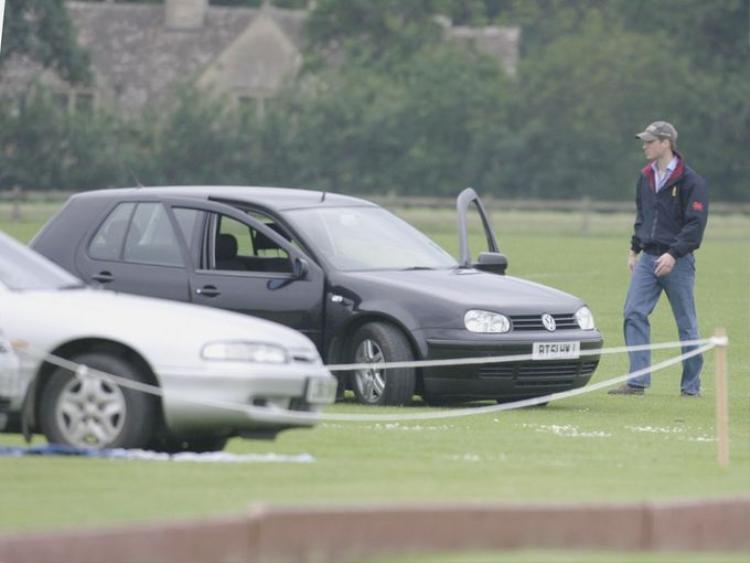 Hoàng tử William di chuyển về phía chiếc xe của mình sau khi xem một trận polo tại sân Beufort vào ngày 7 tháng 6 năm 2003.