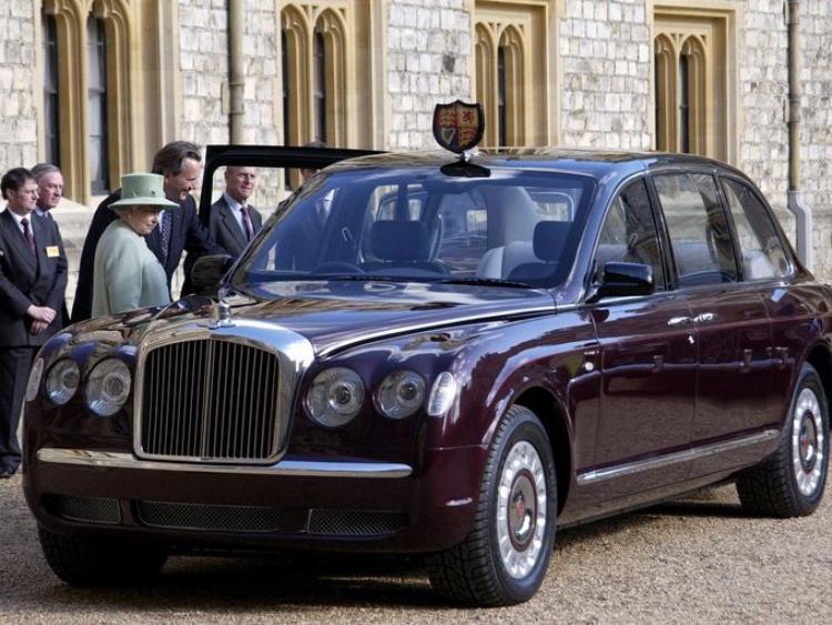 Nữ hoàng Elizabeth II tại Lâu đài Windsor đang xem chiếc Bentley State Limousine mới được Liên hiệp các công ty sản xuất và dịch vụ xe Anh gửi tặng. Chiếc xe này được trang bị đầy đủ để chống được các cuộc tấn công khủng bố.