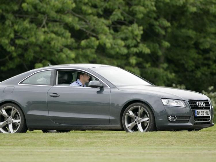 Hoàng tử William lái một chiếc Audi A5 vào câu lạc bộ polo Cirencester Park trước khi chơi cho đội Umbogo vào ngày 6 tháng 6 năm 2010 tại Cirencester, Anh.