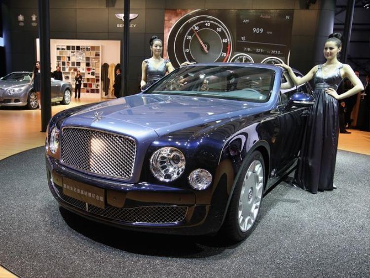 Người mẫu đứng bên cạnh một phiên bản đặc biệt của chiếc Bentley Mulsanne, mang tên gọi Diamond Jubilee. Nó được sản xuất để chào đón Nữ hoàng Elizabeth II tại Triển lãm xe quốc tế Bắc Kinh 2012 vào ngày 25 tháng 4 năm 2012.