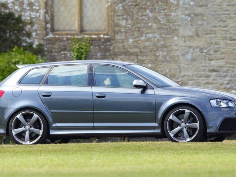 Hoàng tử Harry lái chiếc Audi S3 đến câu lạc bộ polo Cirencester Park vào ngày 14 tháng 7 năm 2013.