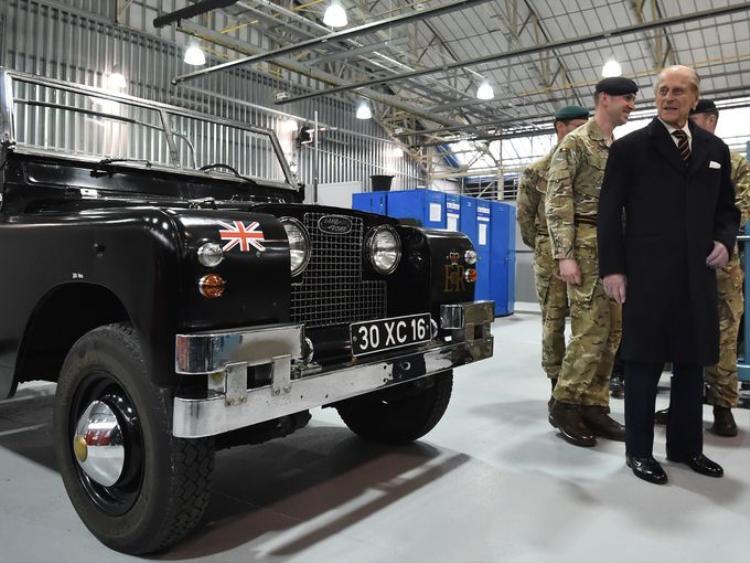 Hoàng tế Philip, Công tước xứ Edinburgh bên cạnh chiếc Land Rover Series 2A 1960s.