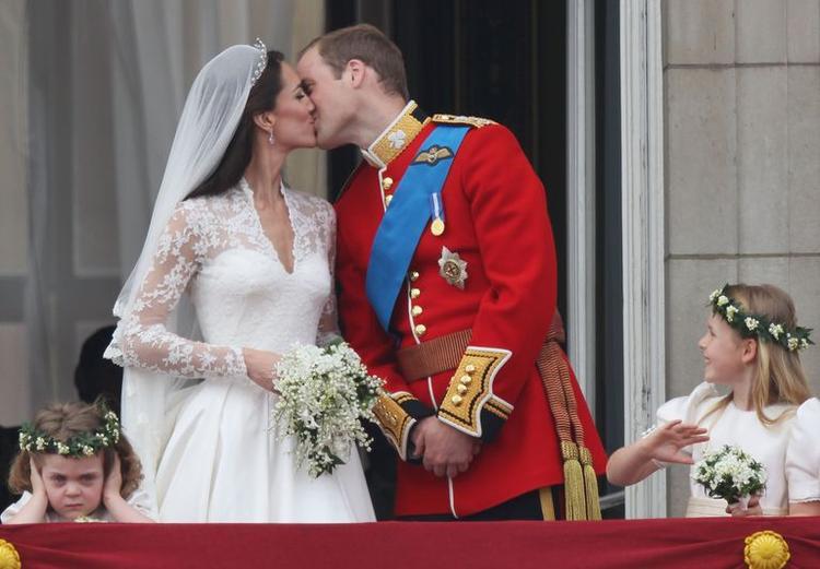 Đây là toàn cảnh nụ hôn của Hoàng tử William và Công nương Kate.
