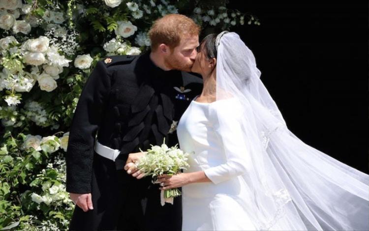 Nụ hôn ngọt ngào của tân lang tân nương hoàng gia Anh.