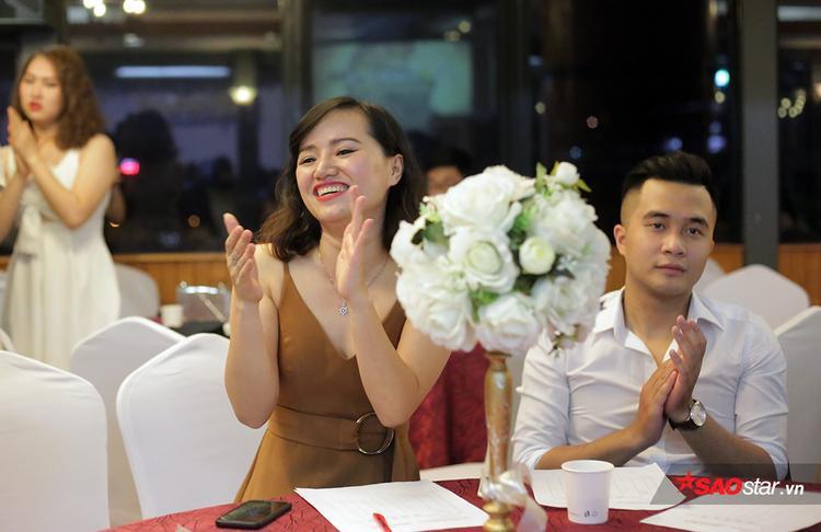 Cô giáo Nguyễn Ngọc Hiên giảng viên khoa Kinh tế và Quản Lý nguồn nhân lực cũng hòa nhịp cùng các sinh viên của mình.