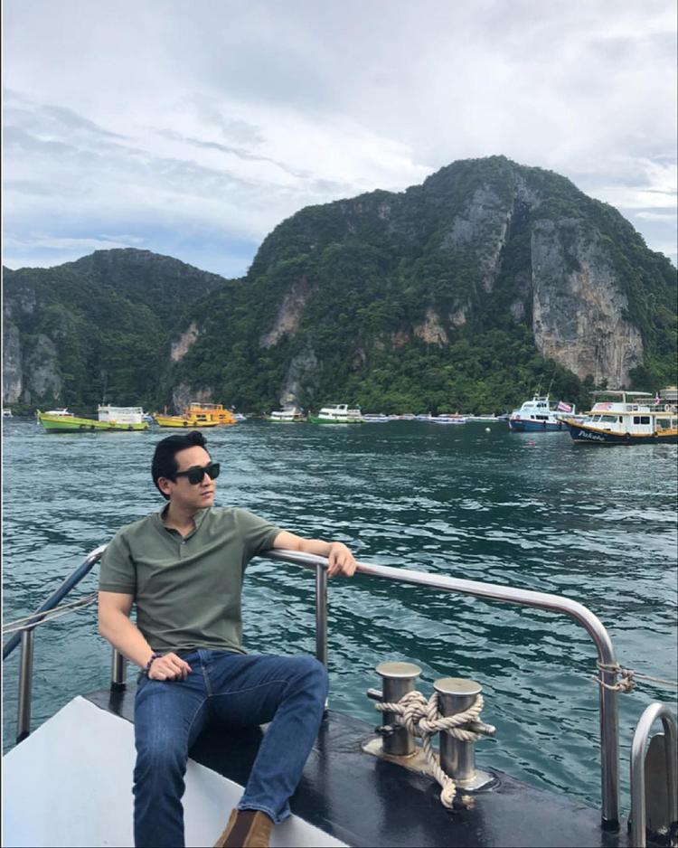 """Sau thời gian ghi hình chương trình """"Khi đàn ông mang bầu"""", Hứa Vỹ Văn dành cho mình một chuyến du lịch, nghỉ ngơi tại Thái Lan. Nam diễn viên ăn diện đơn giản, gồm quần jeans, áo polo và giày boots thể hiện sự nam tính."""