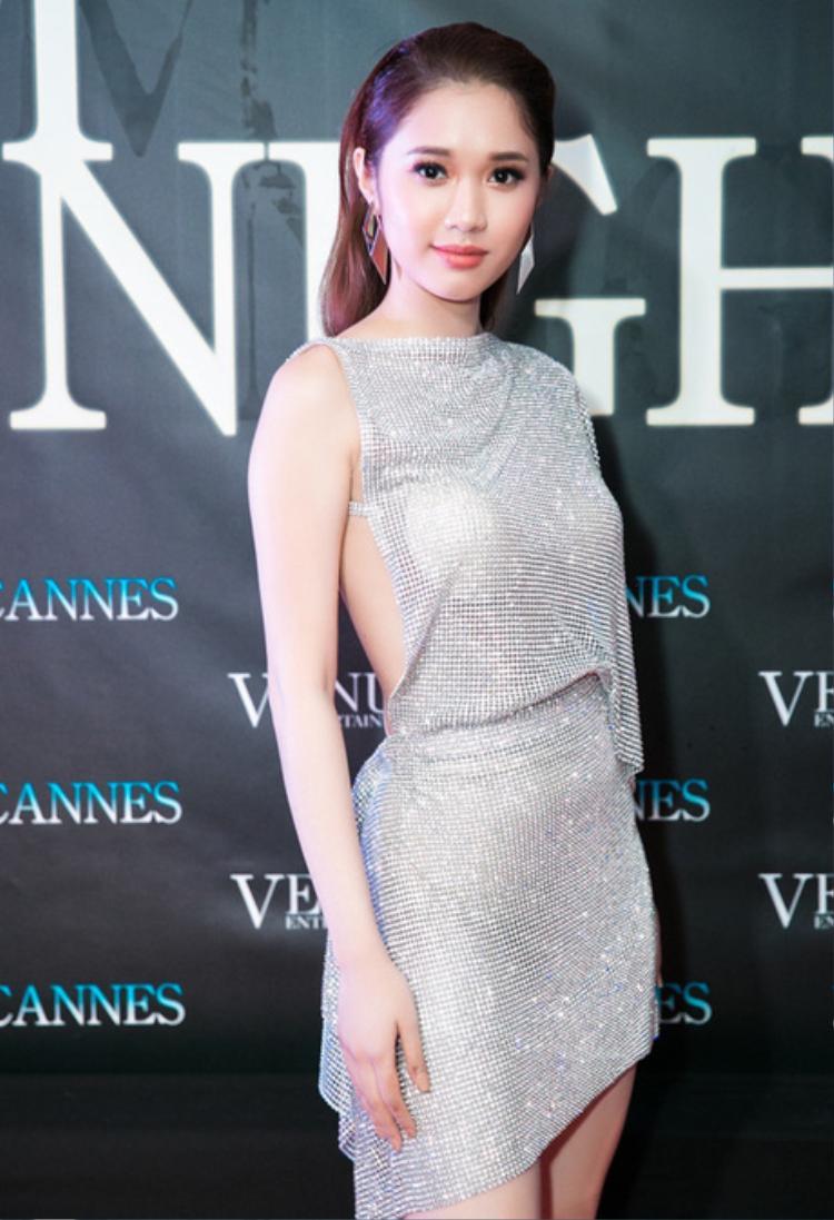 Quỳnh Hương mắc lỗi để lộ miếng mút ngực, điều đó phần nào khiến hình ảnh của cô trở nên kém chỉn chu khi xuất hiện trước công chúng.