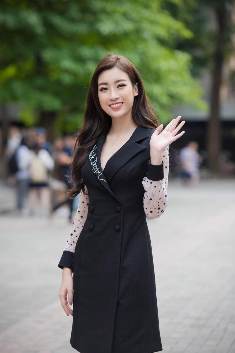Sau hai năm đăng quang, phong độ thời trang của Đỗ Mỹ Linh vẫn bị nhiều người đánh giá là lên xuống thất thường. Mới đây, nàng hậu đã khiến công chúng ngạc nhiên khi chưng diện bộ váy đen kín đáo, có phần già dặn, khiến người đẹp trông già đi chục tuổi.