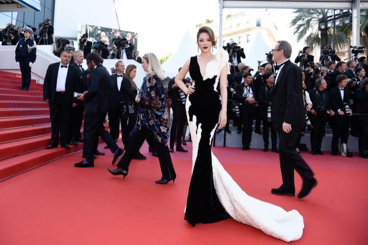 Tham dự Cannes ngày cuối cùng, Lý Nhã Kỳ diện bộ váy kết hợp 2 tông màu đen trắng, sự đối lập một phần thể hiện phong thái tự do, một phần cho thấy nét huyền bí