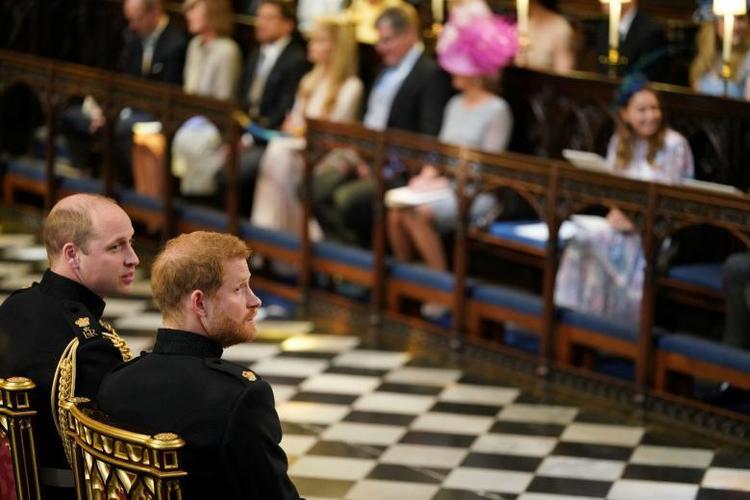 Hoàng tử William ngồi cạnh Hoàng tử Harry trong lúc chờ cô dâu Meghan tới lễ đường. Ảnh: Reuters