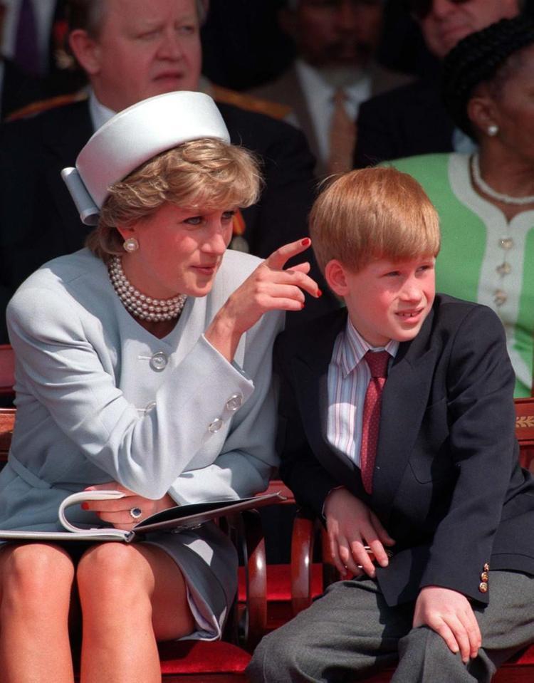 Hoàng tử Harry khi còn nhỏ và mẹ trong một sự kiện. Ảnh: Reuters