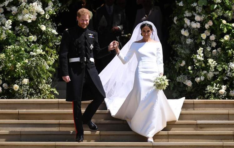 Hoa trang trí bên ngoài nhà nguyện St George và bó hoa cô dâu Meghan cầm trên tay có những loài hoa mà Công nương Diana yêu thích. Ảnh: Reuters