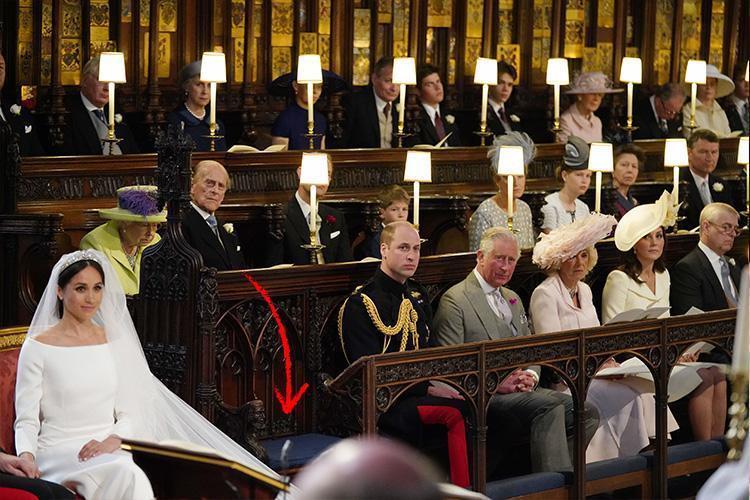 Chỗ ngồi phía trước nữ hoàng, cạnh Hoàng tử William được để trống. Ảnh: Getty
