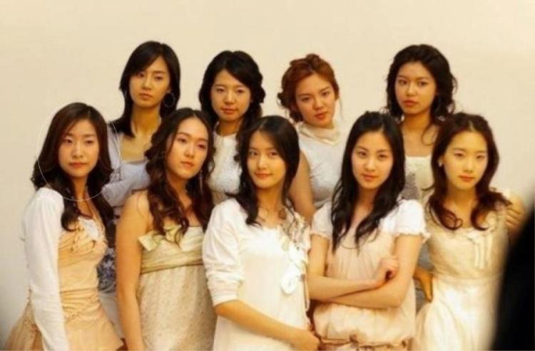 Chỉ một bức ảnh nhưng cũng đủ biết Chanmi xui xẻo đến như thế nào. Sau khi debut hụt với SNSD, Chanmi vẫn ở lại SM và cũng suýt vào đội hình f(x). Lần này thì cô quyết tâm rời khỏi công ty này về với CMM (tên cũ của MBK) và cũng mém ra mắt cùng T-ara nhưng cuối cùng cô lại trở thành đàn em của tất cả nhóm trên khi debut với Co-ed School.