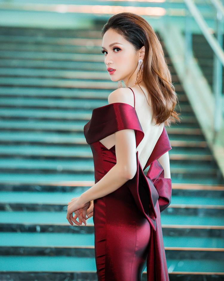 Thiết kế được tạo điểm nhấn bằng phần hở lưng trần giúp Hương Giang khoe làn da trắng sứ của mình.