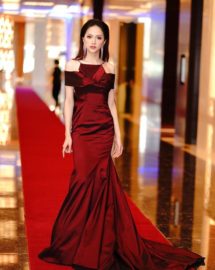 Chọn cho mình chiếc đầm đơn sắc của nhà mốt Đỗ Long, Hương Giang đã thực sự tỏa sáng trong trong sự kiện vừa qua.