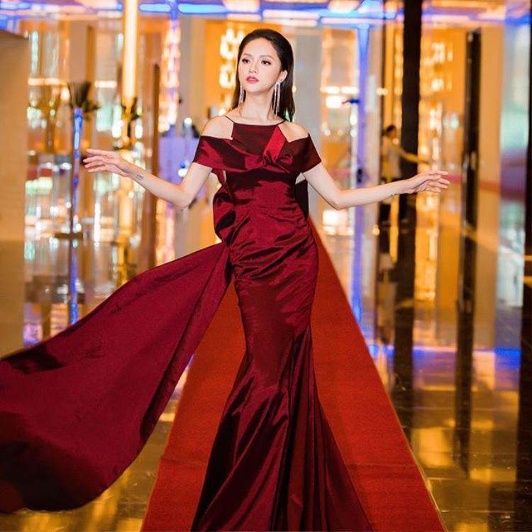 """Chiếc váy có phần tà dài khá điệu đà nên Hương Giang quyết định """"bung lụa"""" bằng phong cách tạo dáng làm nên thương hiệu của người đẹp."""