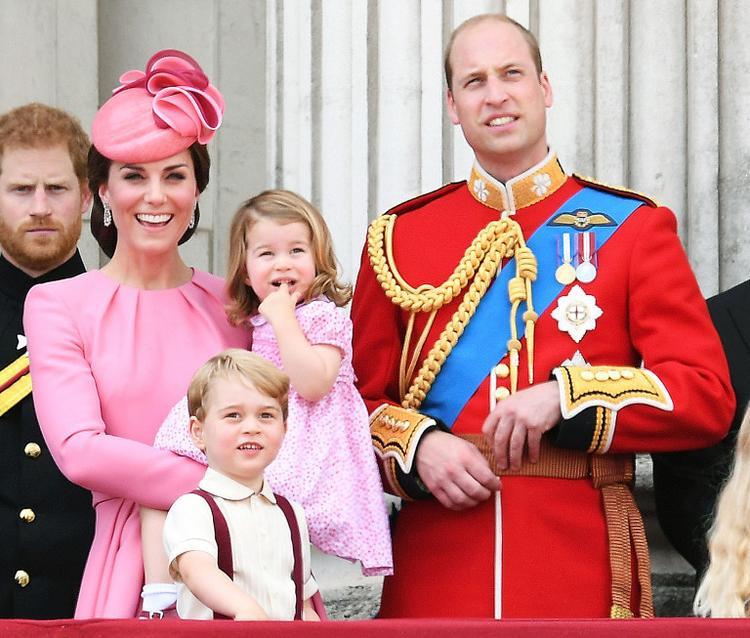 Công nương Kate Middleton, Hoàng từ George, Công chía Charlotte và Hoàng tử William đứng trên ban công trong lễ diễu hành hàng năm Trooping The Colour tháng 6 năm 2017.