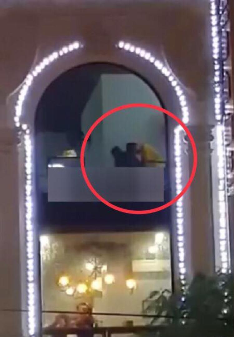 """Hình ảnh trong clip đôi trai gái thản nhiên """"ân ái"""" tại quán trà sữa ở Hải Phòng.Ảnh cắt từ clip"""
