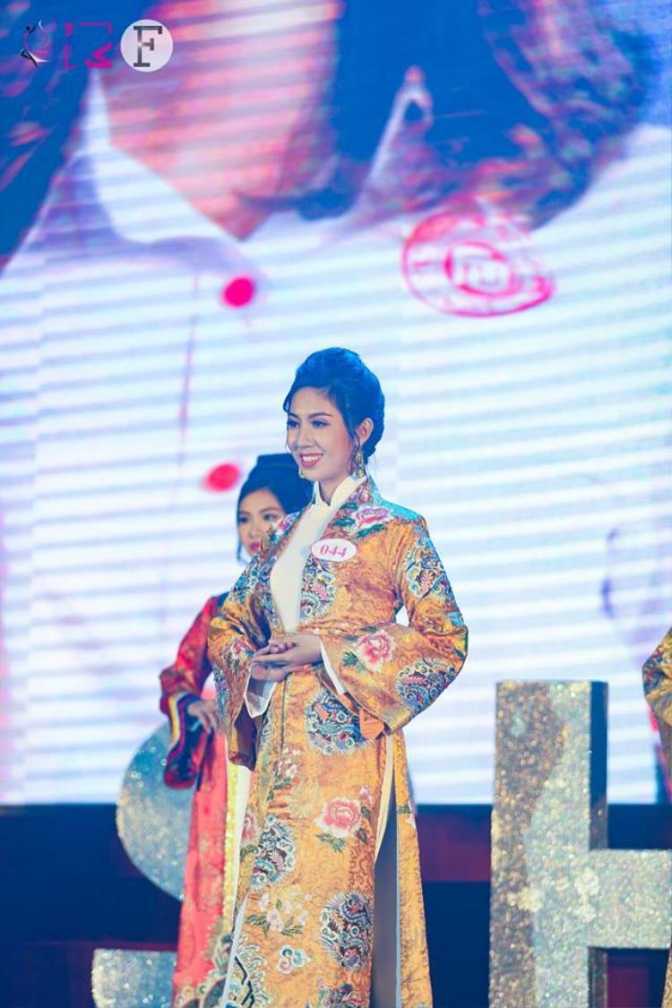 Hoa khôi triển vọng Hoàng Như Mai trong tà áo dài màu long bào.